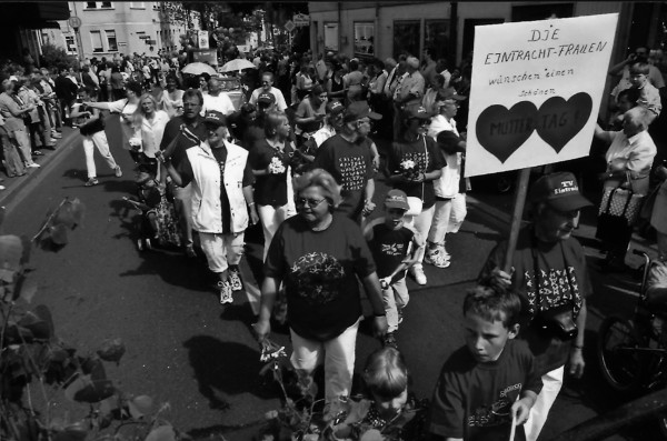 Eintrachtler beim Dorffest-Umzug 2003